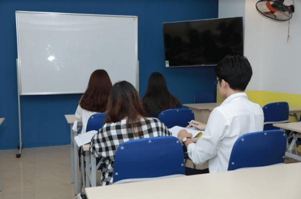 TV và bảng luôn sẵn sàng được sử dụng để hỗ trợ học viên học tập tốt